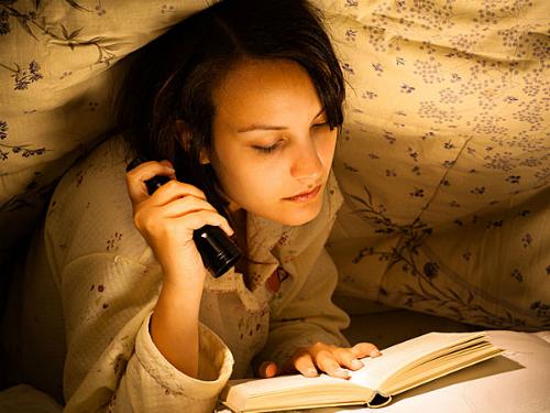 Đọc sách trong ánh sáng yếu hại mắt